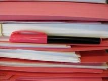 Pile de dossiers roses Photographie stock libre de droits