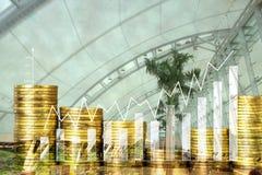 Pile de double exposition de pièce de monnaie avec le graphique financier au-dessus de la ville et Photos stock