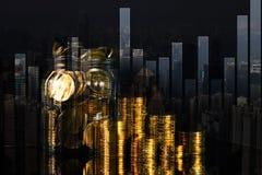 Pile de double exposition de pièce de monnaie avec le graphique financier au-dessus de la ville et image stock