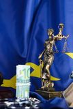 Pile de 100 euros entourés par des menottes sur un drapeau d'UE Images stock
