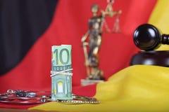 Pile de 100 euros sur un drapeau allemand Photographie stock