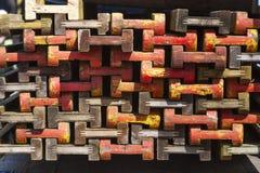 Pile de faisceaux en bois colorés Photos stock