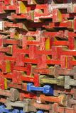 Pile de faisceaux en bois colorés Image stock
