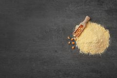 Pile de farine et de scoop de maïs avec des noyaux Photos stock