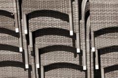 Pile de fauteuils en osier à un café de rue photos libres de droits