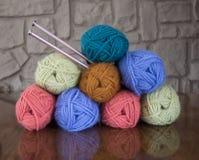 Pile de fil de laine avec des aiguilles de tricotage Photographie stock libre de droits