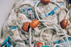Pile de filet de pêche commercial avec des cordes et des flotteurs Images libres de droits