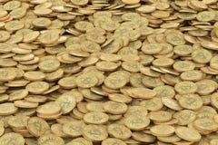 Pile de fond d'or de pièces de monnaie de bitcoins Photos libres de droits