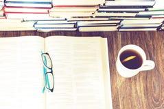 Pile de fond d'?ducation de livres, de livre ouvert, de verres, et de tasse de th? avec le citron photographie stock