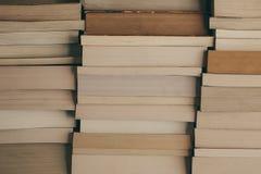 Pile de fond de livres Rangée des livres comme fond pour la conception Concept d'éducation et de sagesse Le vieux vintage réserve Image libre de droits