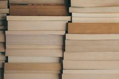 Pile de fond de livres Rangée des livres comme fond pour la conception Concept d'éducation et de sagesse Le vieux vintage réserve Photographie stock libre de droits