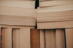 Pile de fond de vieux livres Beaucoup de livres sur une pile Livres sur le fond de vintage Photos libres de droits