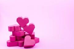 Pile de forme rouge de coeur de boîte de papier sur le fond rose avec la copie Image libre de droits