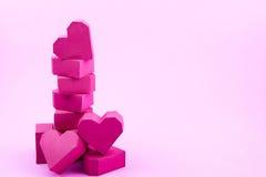 Pile de forme rouge de coeur de boîte de papier sur le fond rose avec la copie Image stock