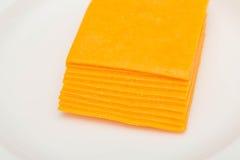 Pile de fromage de cheddar coupé en tranches Photographie stock