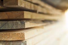 Pile de goujons en bois neufs à la cour de bois de charpente Constr en bois de bois de construction photos libres de droits