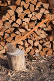 Pile de hache et en bois Photo stock