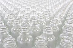 Pile de Hugh de bouteilles en verre Image stock