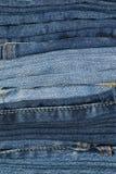 pile de jeans se pliants pour le modèle et le fond images stock