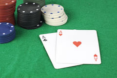Pile de jetons de poker et d'as Image stock