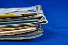 Pile de journal sur le fond bleu Photographie stock