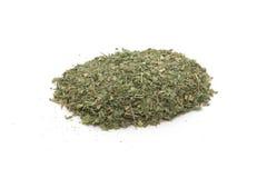 Pile de l'épice sèche de basilic d'isolement Image stock