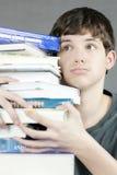 Pile de l'adolescence accablée de prises de manuels Images libres de droits