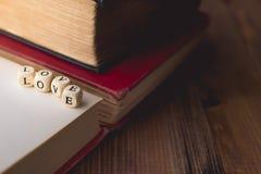 Pile de l'amour de Word et du vieux livre sur en bois avec l'espace de copie Image libre de droits