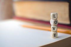 Pile de l'amour de Word et du vieux livre sur en bois avec l'espace de copie dans Vin Photos libres de droits