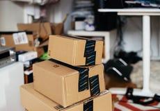 Pile de la boîte en carton de perfection d'Amazone une au-dessus des autres dans la chambre photo stock