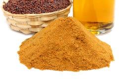 Pile de la coriandre moulue, graines de moutarde avec de l'huile photo stock
