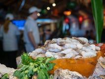 Pile de la crevette blanche crue attendant pour être préparé par des chefs au restaurant photographie stock
