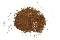 Pile de la poudre fraîche de cafè moulu d'isolement sur le fond blanc Photos stock