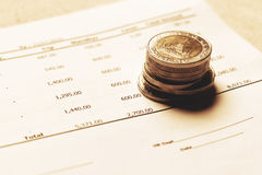 Pile de la Thaïlande de pièces de monnaie sur le compte rendu succinct avec l'inve de planification d'économie photographie stock libre de droits