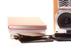 Pile de lecteur d'eBook en verre des livres, d'isolement sur le blanc Photos stock