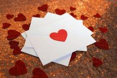 Pile de lettres d'amour de jour du ` s de Valentine sur le fond rouge avec Hea Image libre de droits