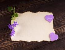 Pile de lettres d'amour sur le fond en bois rustique de planches lettre Images libres de droits