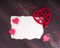 Pile de lettres d'amour sur le fond en bois rustique de planches rouge il Photographie stock libre de droits