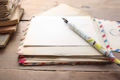 Pile de lettres de vintage sur la table en bois Images stock