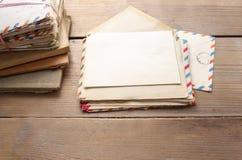 Pile de lettres de vintage sur la table en bois Images libres de droits