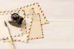 Pile de lettres de vintage sur la table en bois Photo stock