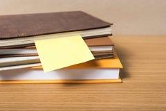 Pile de livre avec la note collante images libres de droits