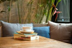 Pile de livre avec la tasse de café Photographie stock