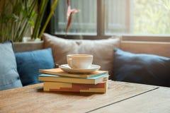 Pile de livre avec la tasse de café Images stock