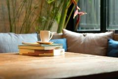 Pile de livre avec la tasse de café Image stock