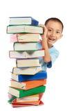 Pile de livre avec le beau gosse derrière elle Images stock