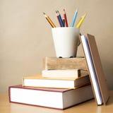 Pile de livre avec le crayon de couleur Photo stock