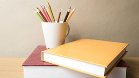 Pile de livre avec le crayon de couleur Photos stock