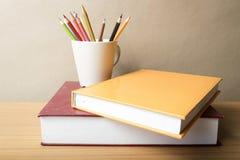 Pile de livre avec le crayon de couleur Photo libre de droits
