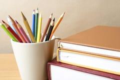 Pile de livre avec le crayon de couleur Image libre de droits